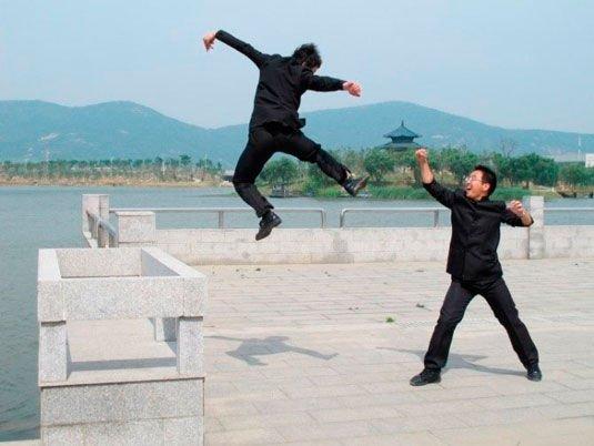 两个男生摆出生动幽默的造型。