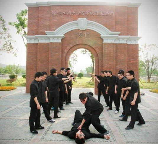 大学毕业男生把这一生都不会出现的情景演练了一次。