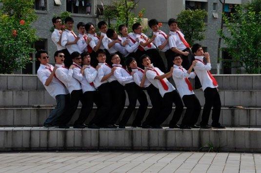 毕业班男生西裤白衬衫红领带照。