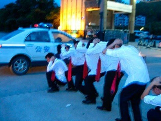 一组男生看到停在路边的警车突发奇想,拍摄了这一张毕业照。因为太紧张拍摄的也不是很清楚。